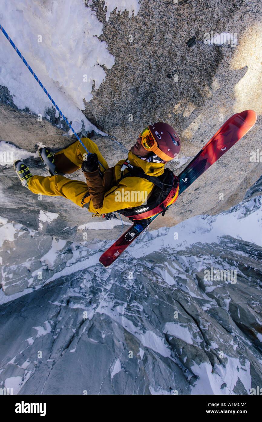 Freeriders rappel down on the Aiguille du Midi 3842 m, Chamonix, France. - Stock Image