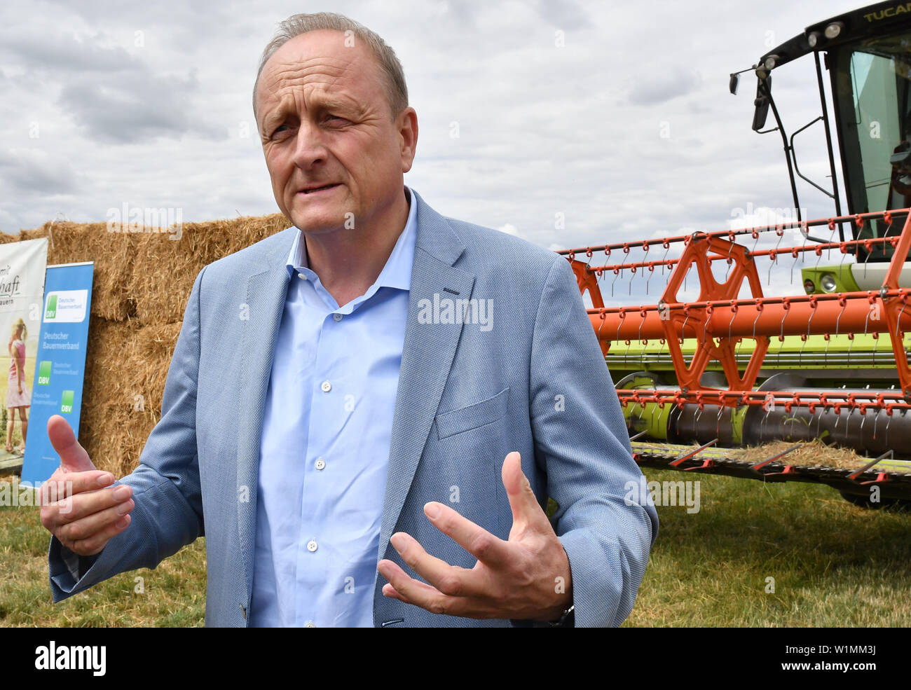 03 July 2019, Brandenburg, Dallgow-Döberitz: Joachim Rukwied (r), President of the German Farmers' Association, speaks at the press conference on the start of the harvest. Due to late frosts and drought, large harvest losses are expected. Photo: Bernd Settnik/dpa-Zentralbild/dpa - Stock Image
