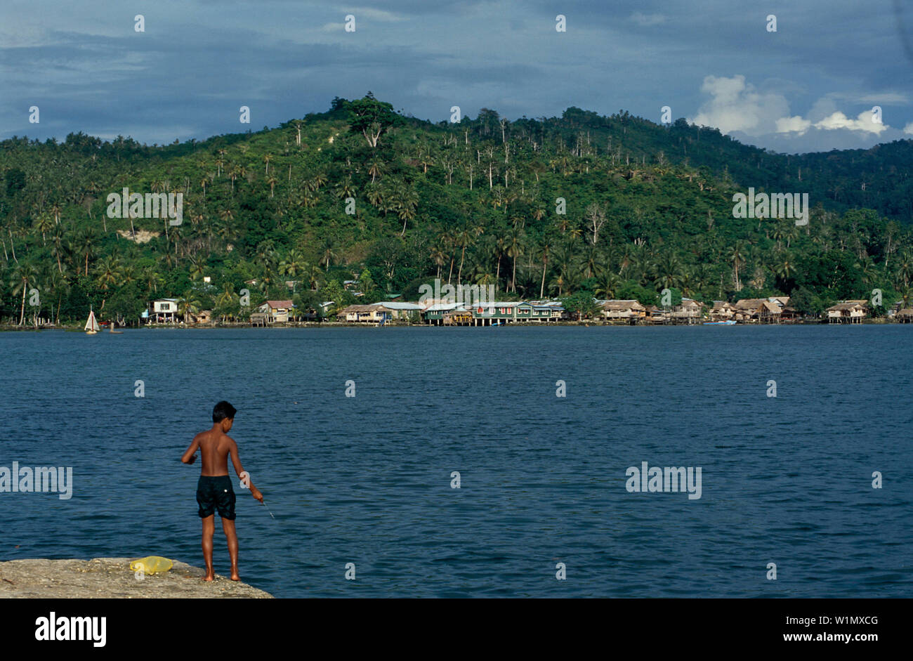 Angeln am Pier, Auki, Malaita Salomon-Inseln - Stock Image