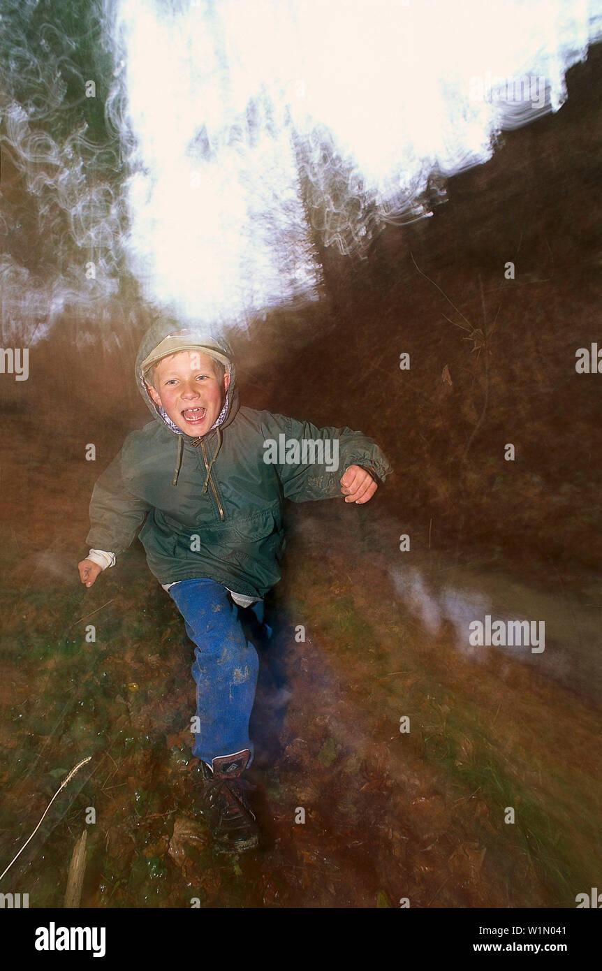 Junge laeuft am Waldrand Stock Photo