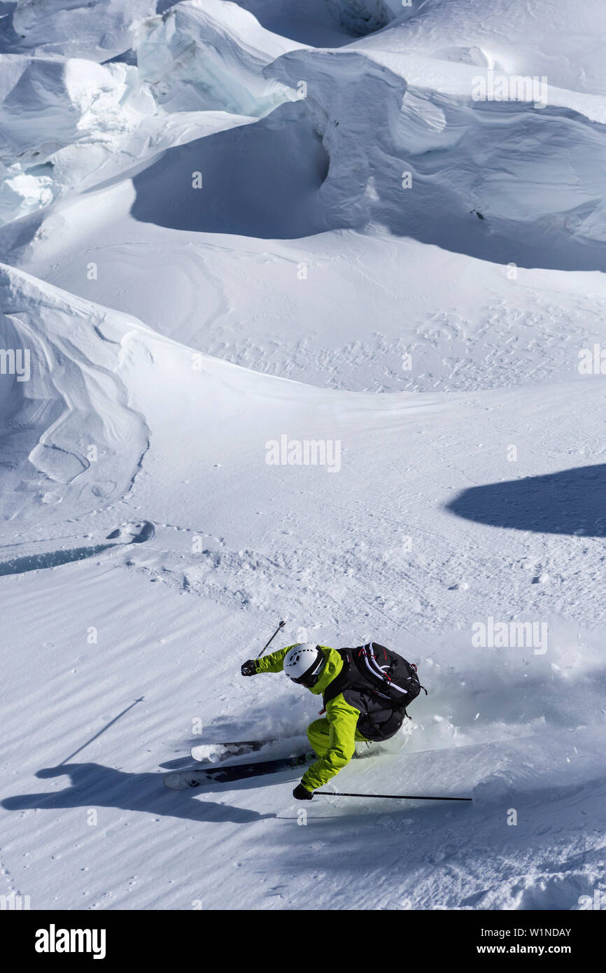 Skiers in Vallee Blanche, Aiguille du Midi 3842 m, Chamonix, France - Stock Image