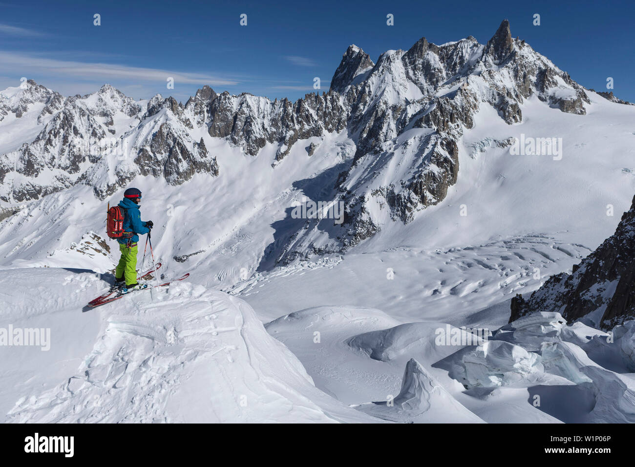 Skiers in Vallee Blanche with Grandes Jorasses 4208 m, Aiguille du Midi 3842 m, Chamonix, France - Stock Image