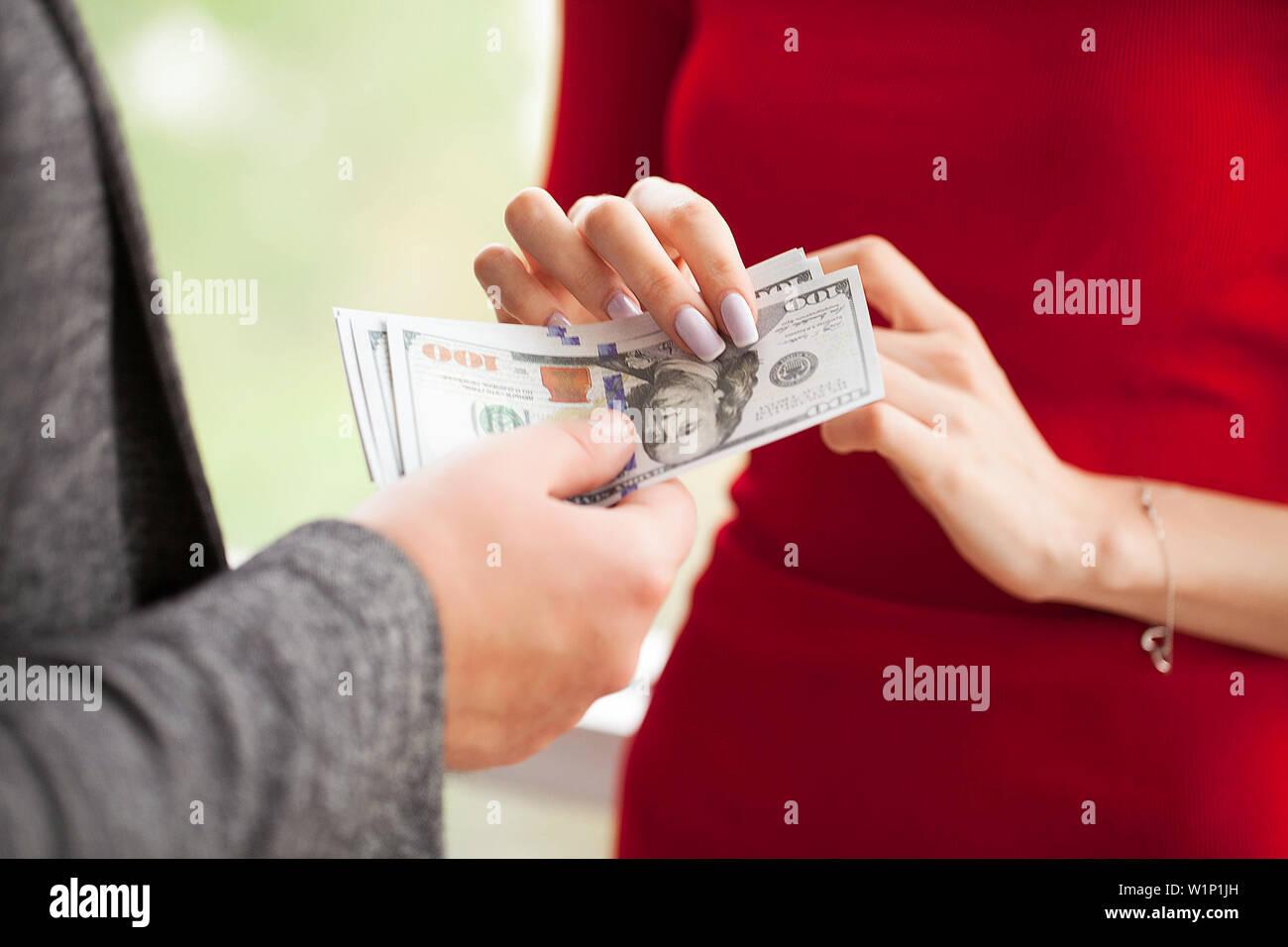 девушка пришла занять денег