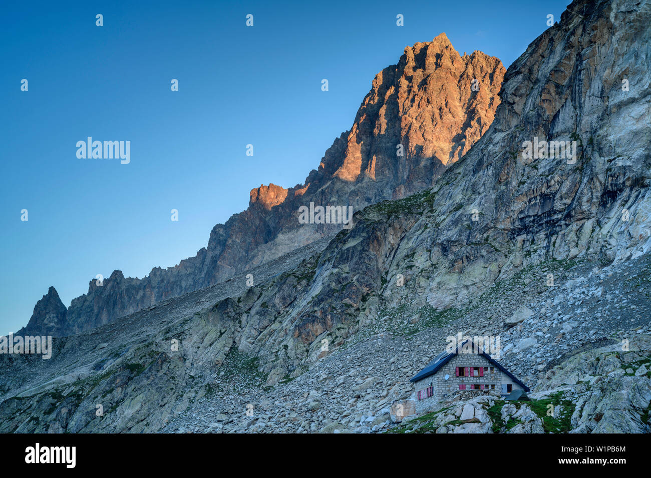 Hut Refuge du Soreiller and Aiguille du Plat de la Selle, hut Refuge du Soreiller, Ecrins, National Park Ecrins, Dauphine, Dauphiné, Hautes Alpes, Fra - Stock Image