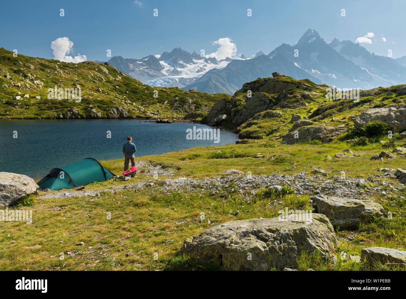 Zelte an den Lacs des Cheserys, Aiguille du Chardonnet, Aiguilles Verte, Haute-Savoie, Frankreich - Stock Image