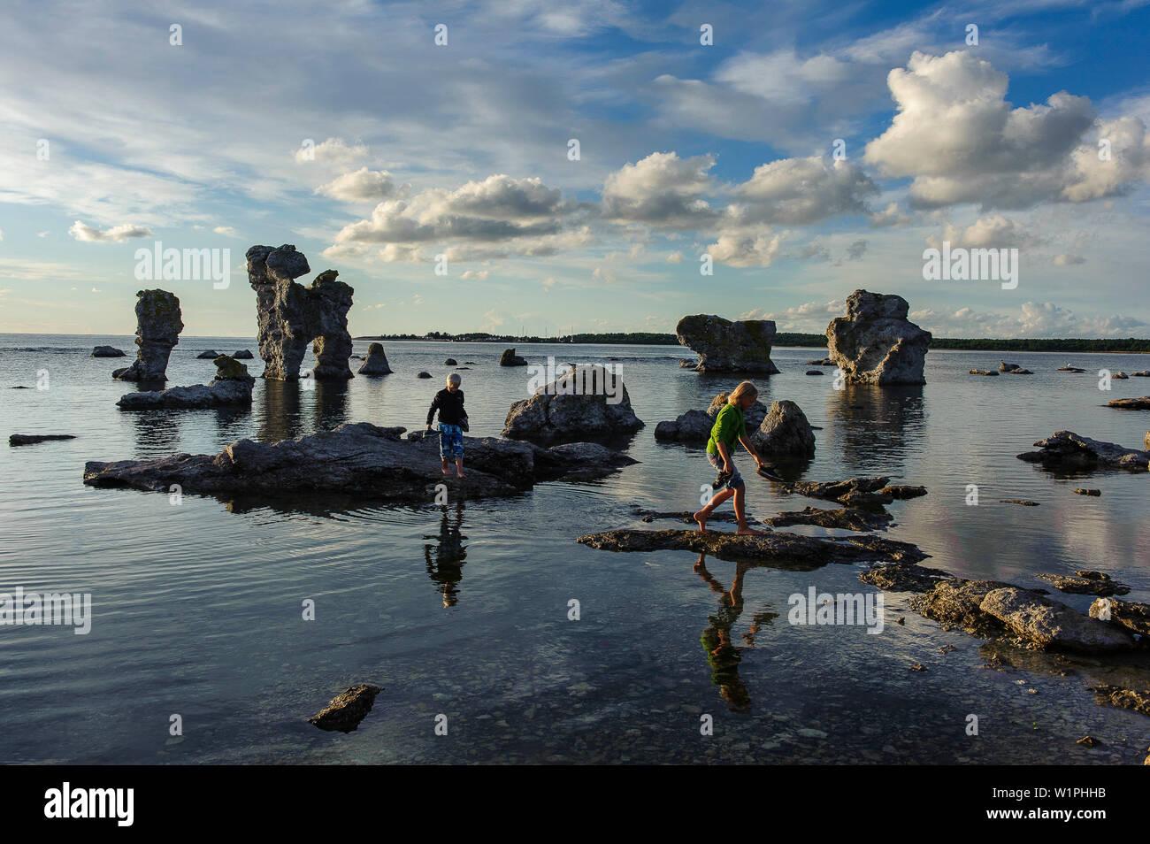 Abendlicht, Abendrot, Atmosphaere, Baltic Sea, Felsen, Fotografieren, Insel, Island, Kinder, Landschaft, Nacht, Nachtaufnahme, Night Scene, Ostseekues - Stock Image