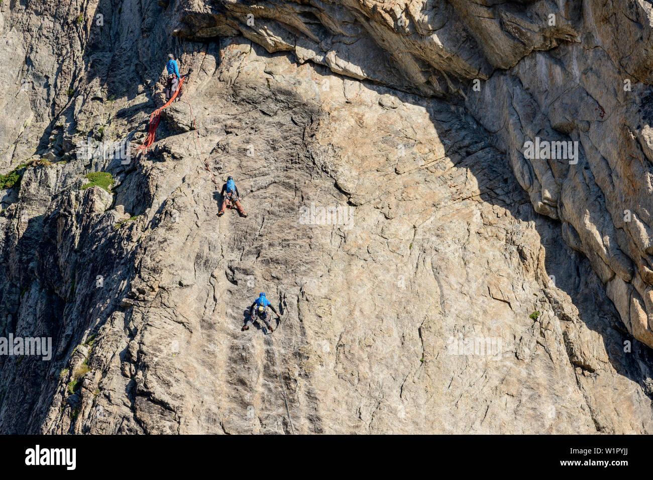 Three persons climbing at Aiguille Dibona, hut Refuge du Soreiller, Ecrins, National Park Ecrins, Dauphine, Dauphiné, Hautes Alpes, France - Stock Image