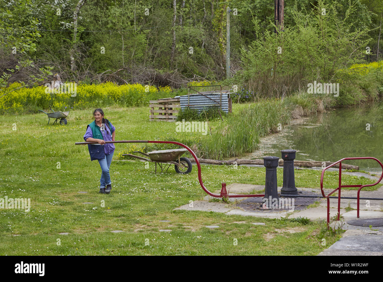 Female lock-keeper at lock no.102 Villiers Vineux on the Canal de Bourgogne , Departement Yonne , Burgundy , France , Europe - Stock Image