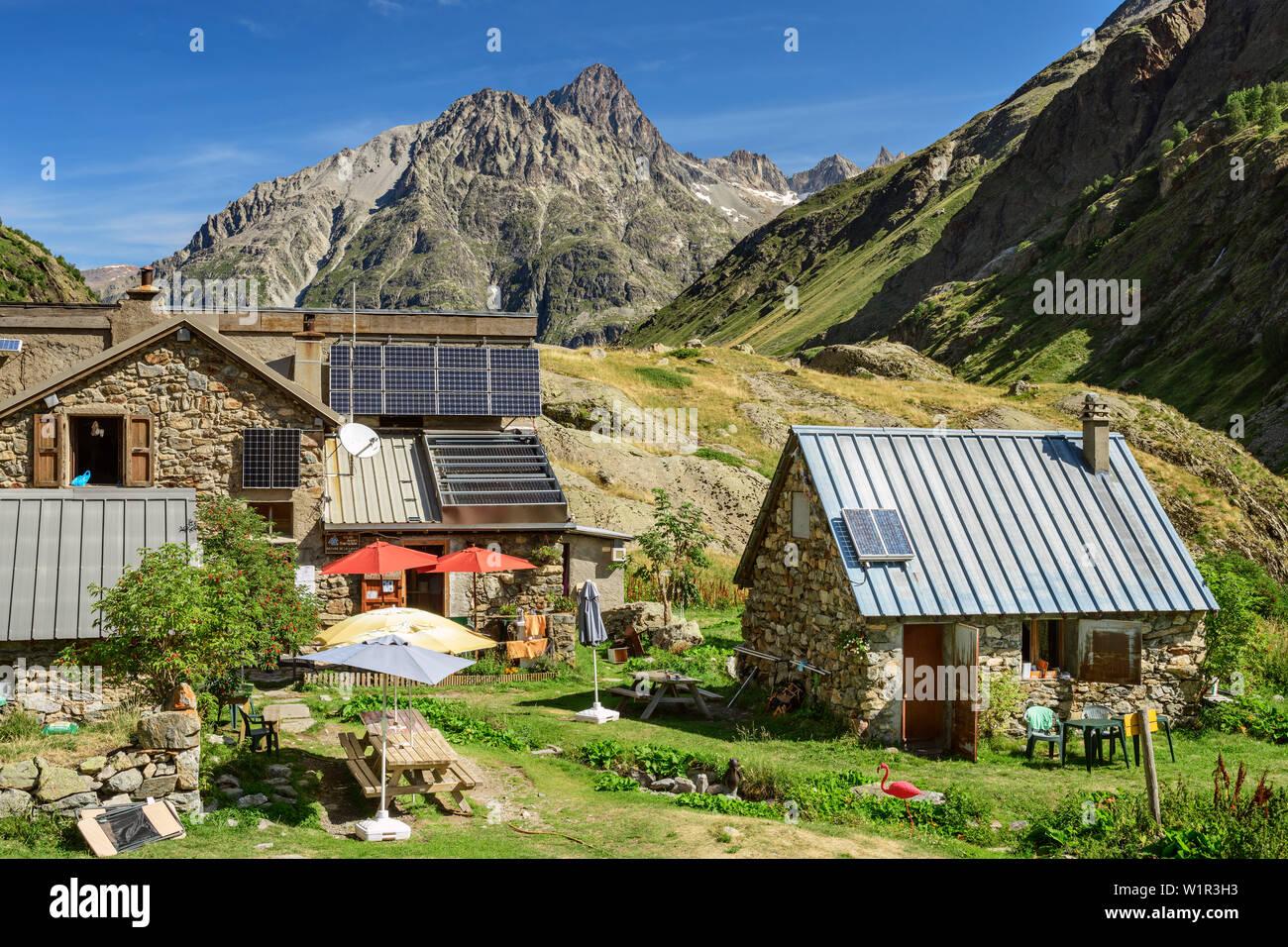 Hut refuge de la lavey with Aiguille Du Plat de La Selle, Ecrins, Ecrins National Park, Dauphiné, Dauphiné, Hautes Alpes, France - Stock Image