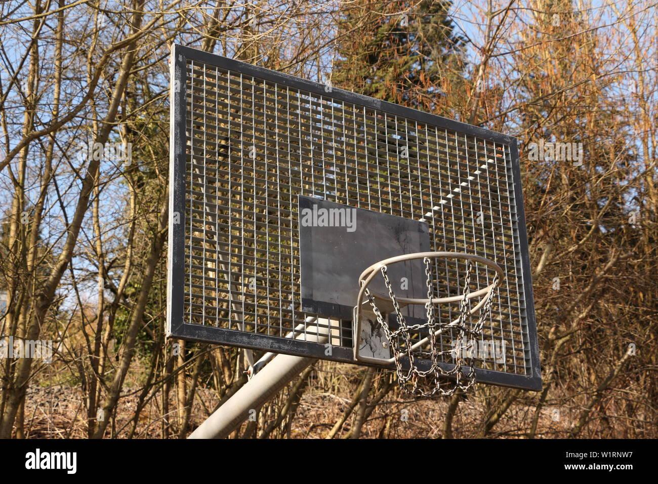 Basketballkorb aus Metall im Zentrum der Stadt Alzenau in Bayern - Stock Image