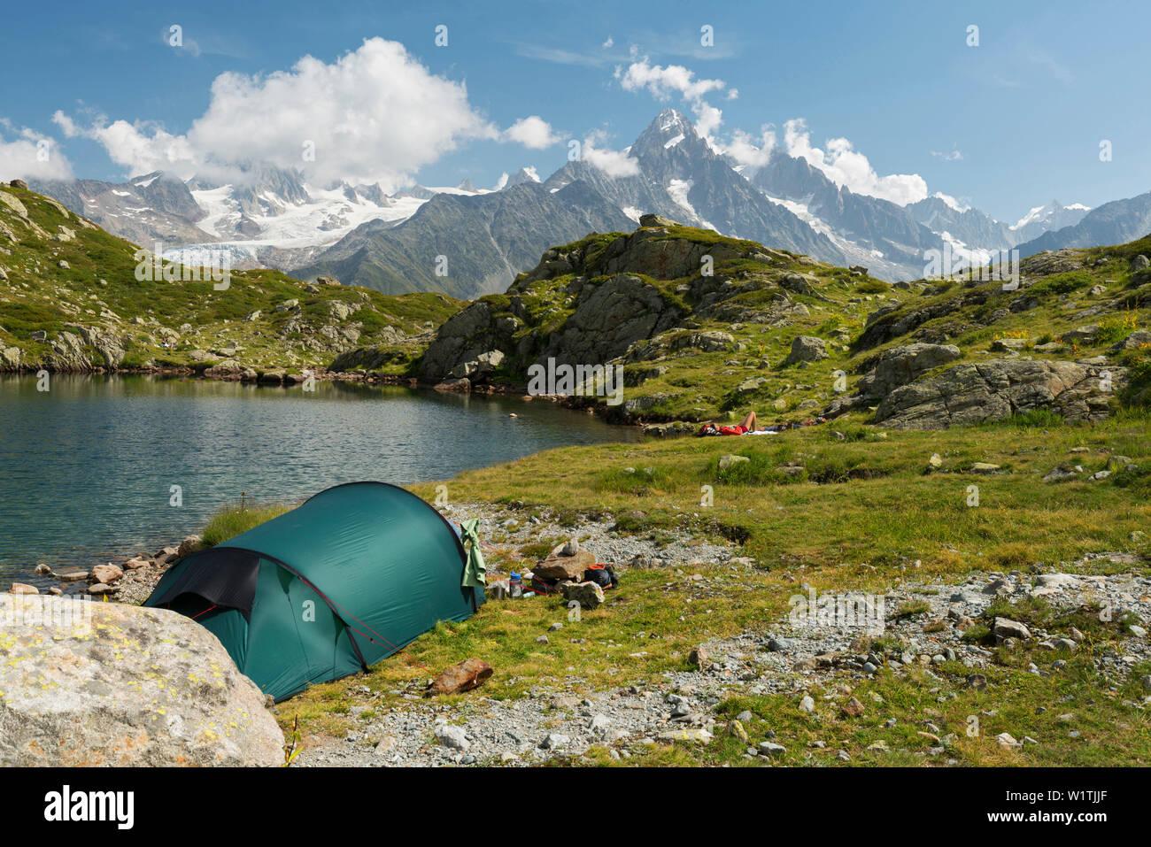 Zelt an den Lacs des Cheserys, Aiguille du Chardonnet, Aiguilles Verte, Haute-Savoie, Frankreich - Stock Image