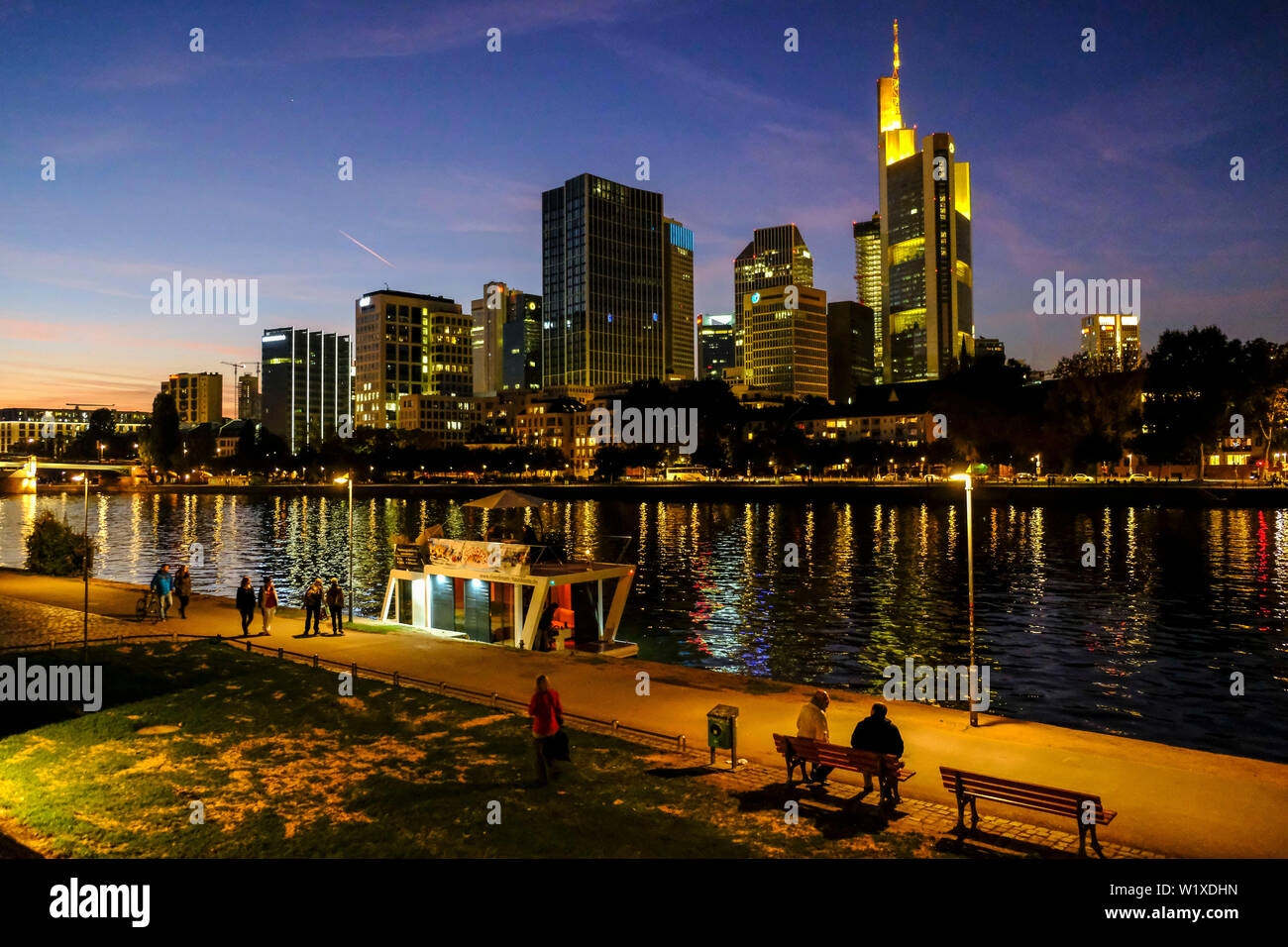 21.10.2018, Frankfurt am Main, Hesse, Germany - View at night from the Museumsufer over the River Main in Frankfurt to the Frankfurt skyline - Blick b Stock Photo
