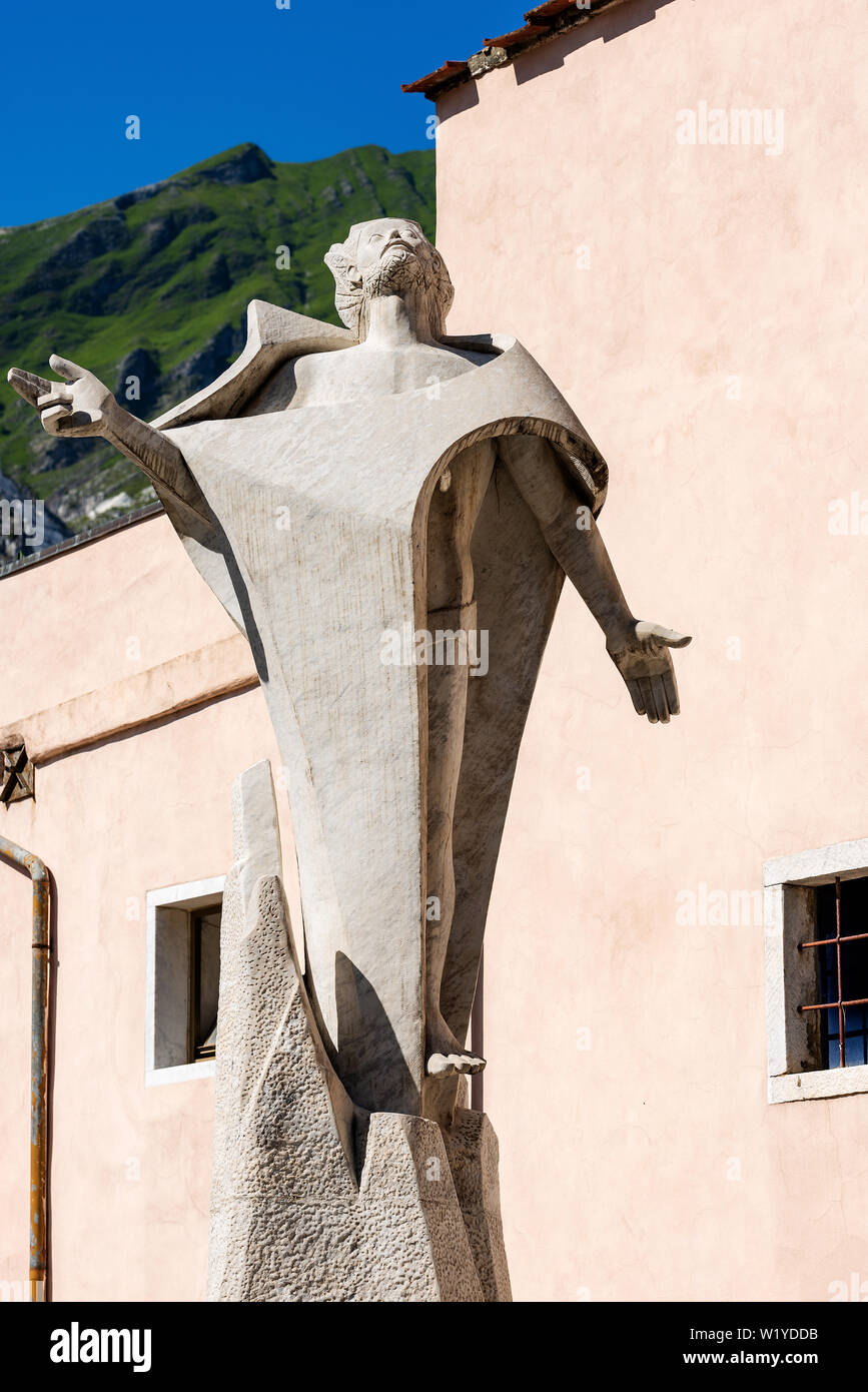 Detail of the monument to the quarryman, statue of jesus christ in white Carrara marble, in the small village of Colonnata, Apuan Alps (Alpi Apuane) T - Stock Image