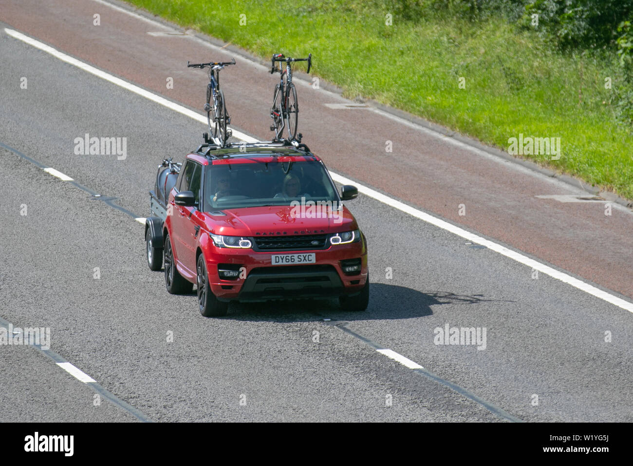https www alamy com 2016 red land rover r rover sport hse dynam s uk vehicular traffic transport roof mounted bicycle carrier roof top bike carrier bike rack cycle carriers modern saloon cars north bound on the 3 lane highway image259375582 html