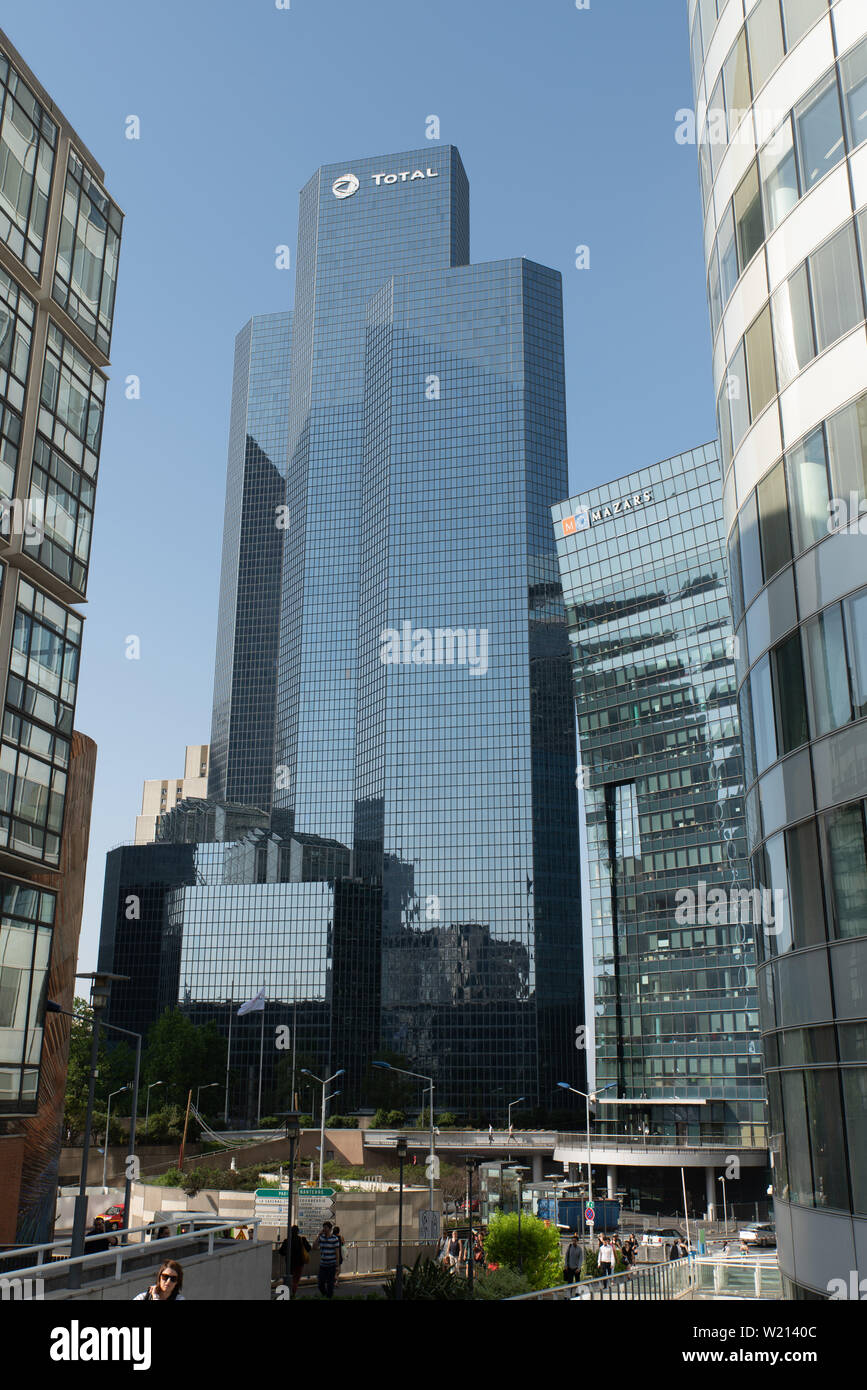 TOTAL, ein französischer großer Energieversorger mit Hauptsitz in La Défense (Pariser Geschäftsviertel). // TOTAL, a French major energy operator, hea - Stock Image