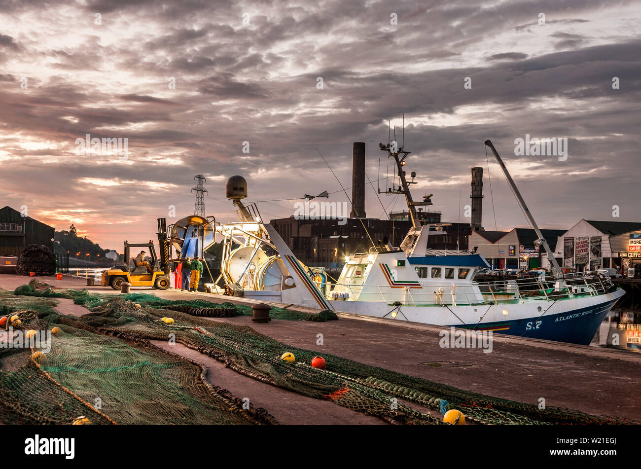 Cork City, Cork, Ireland. 05th July, 2019. Before dawn on a calm summer's morning the crew of the trawler Atlantic Rose, unload their nets on to the wharf at Horgan's Quay  Cork in preparation to head for the West of Ireland where she will fish for Prawns.- Picture David Creedon / Anzenberger Credit: David Creedon/Alamy Live News - Stock Image