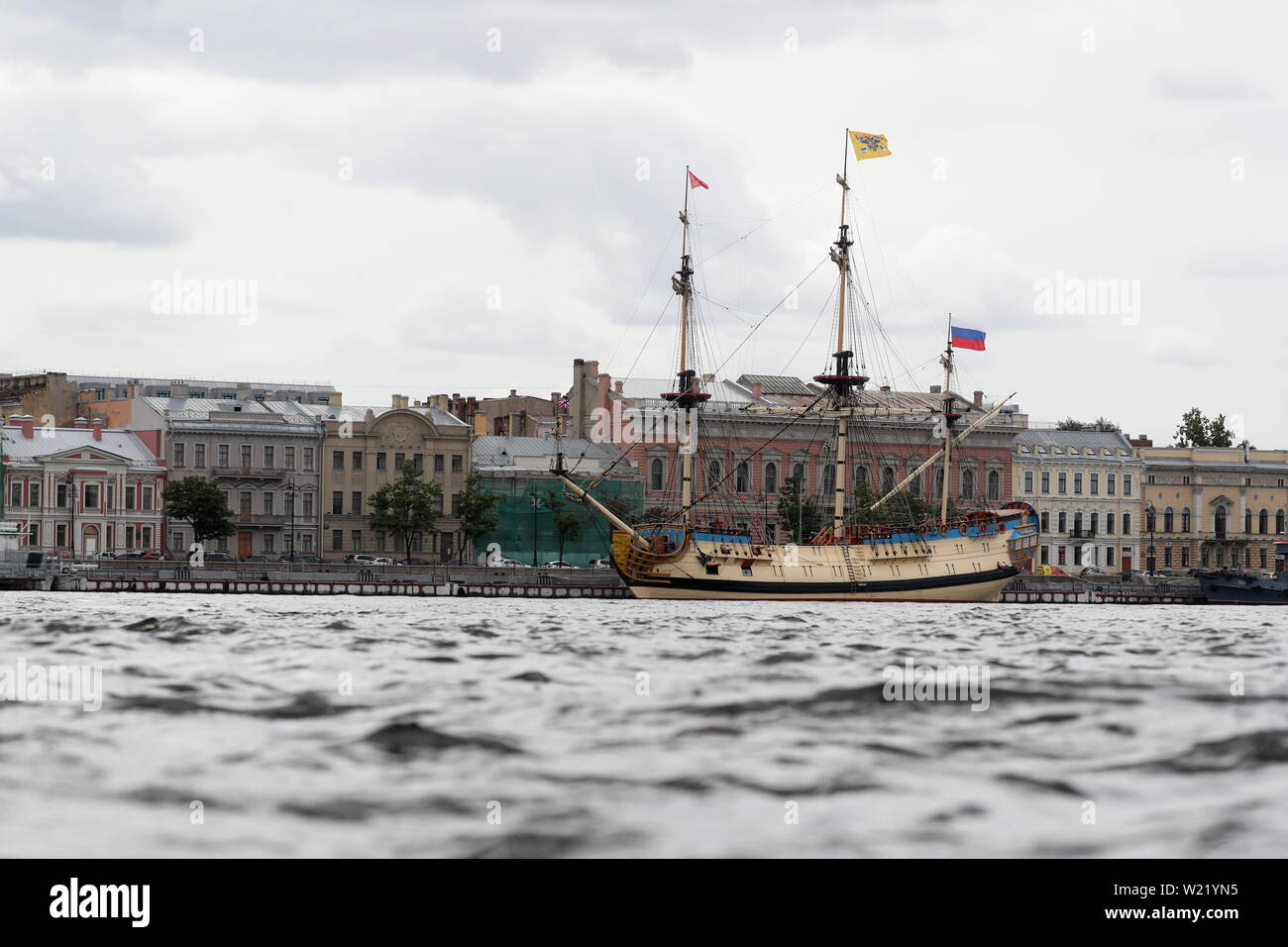 St Petersburg, Russia. 05th July, 2019. ST PETERSBURG, RUSSIA - JULY 5, 2019: A replica of the Poltava, the first ship of the line of the Russian Baltic Fleet that was launched in 1712, berthing by Angliyskaya Embankment. Peter Kovalev/TASS Credit: ITAR-TASS News Agency/Alamy Live News Stock Photo