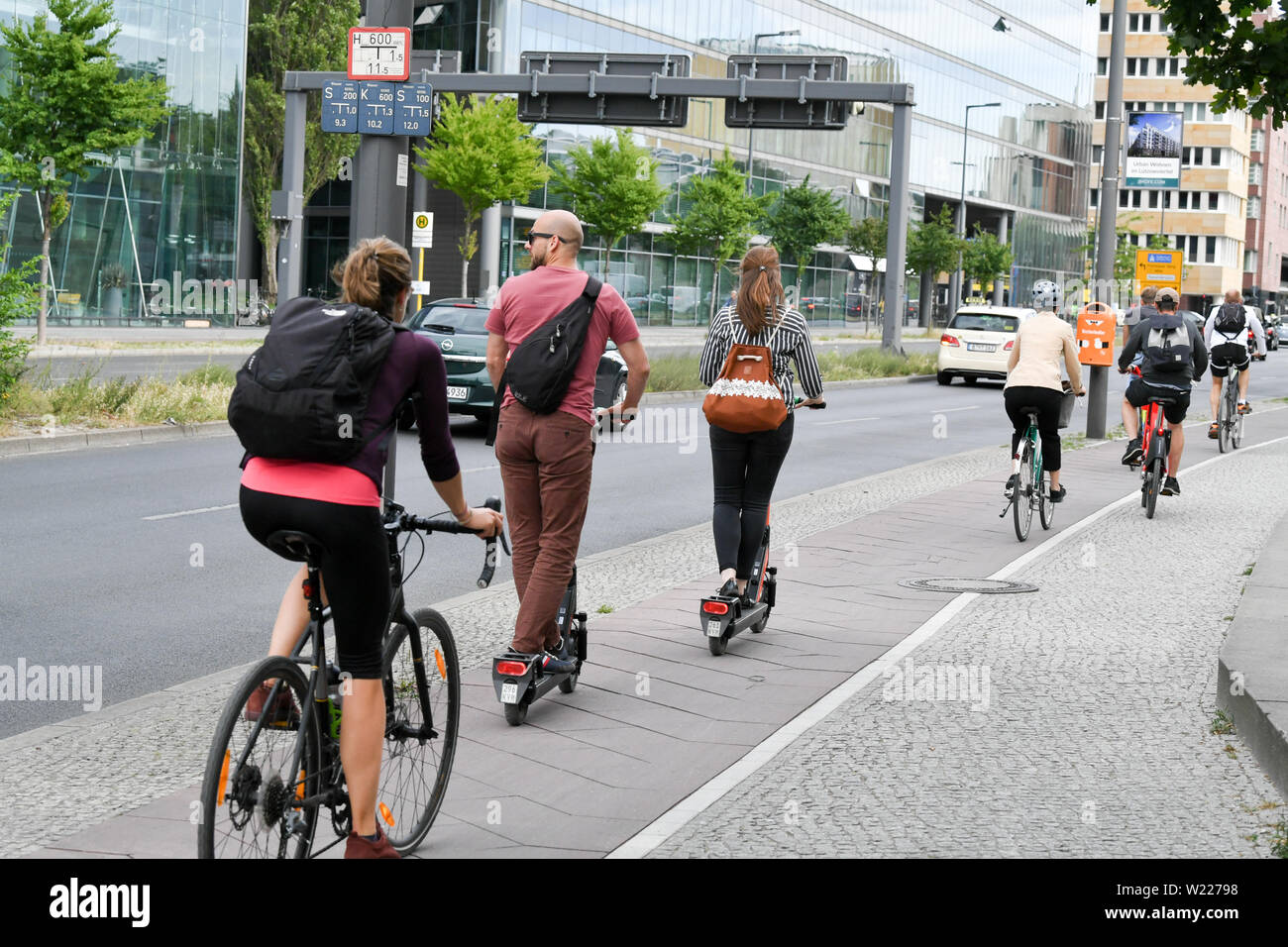 Berlin, Germany. 05th July, 2019. E-Tretroller between bicycles in road traffic. E-scooters may be used in Germany since mid-June. Credit: Jens Kalaene/dpa-Zentralbild/ZB/dpa/Alamy Live News Stock Photo
