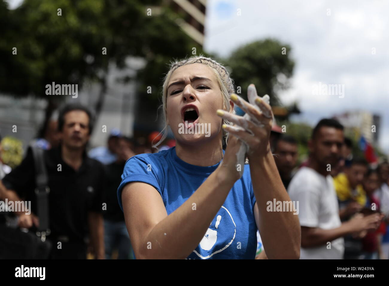 Caracas, Venezuela. 05th July, 2019. A demonstrator shouting political slogans in a protest against the government of head of state Maduro on the day of independence from Venezuela. The opposition leader and self-appointed interim president Guaido had called on civil society to protest against the government of head of state Maduro. Venezuela commemorates on July 5 the independence of Spain in 1811. Credit: Rafael Hernandez/dpa/Alamy Live News - Stock Image