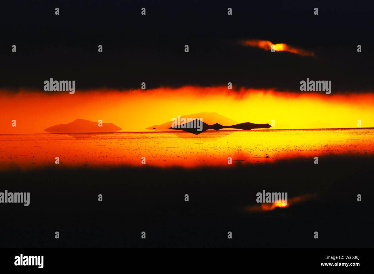 Uyuni Salt Flats Rain Season Stock Photo Alamy