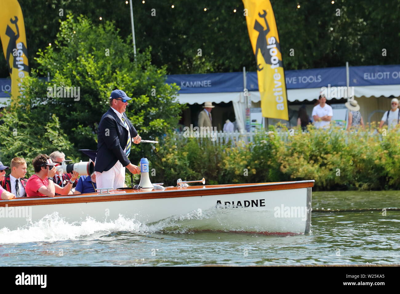 The Umpire boat with Sir Matthew Pinsent as umpire follows the competitors at speed at Henley Royal Regatta, Henley-on-Thames, UK Stock Photo