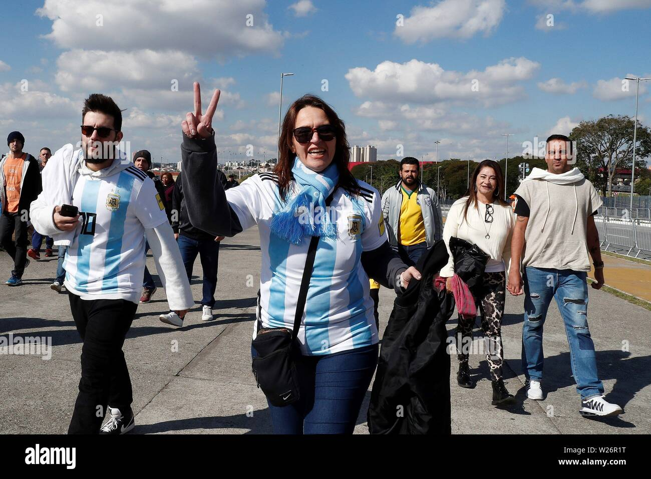 Sao Paulo, Brazil. 06th July, 2019. Sao Paulo, Brazil. 6th July 2019. Argentine fans arrive before the Copa America 2019 3rd place soccer match between Argentina and Chile, at Arena Corinthians Stadium in Sao Paulo, Brazil, 6 July 2019. Credit: Sebastiao Moreira Credit: EFE News Agency/Alamy Live News/EFE/Alamy Live News Stock Photo