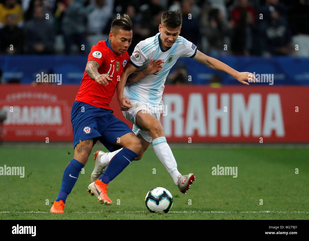 Sao Paulo, Brazil. 06th July, 2019. Chile's Eduardo Vargas (L) and Argentina's Juan Foyth vie for the ball during the Copa America 2019 3rd place soccer match between Argentina and Chile, at Arena Corinthians Stadium in Sao Paulo, Brazil, 6 July 2019. Credit: Paulo Whitaker/EFE/Alamy Live News - Stock Image