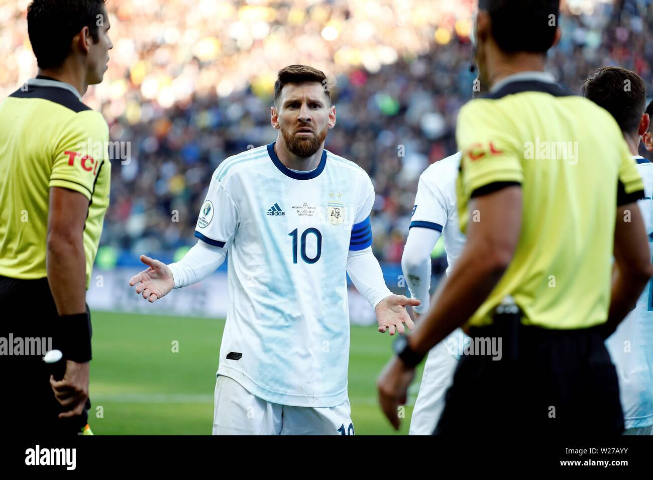 Sao Paulo, Brazil. 06th July, 2019. Argentine Lionel Messi argues with referees, during the Copa America 2019 3rd place soccer match between Argentina and Chile, at Arena Corinthians Stadium in Sao Paulo, Brazil, 6 July 2019. Credit: Sebastiao Moreira/EFE/Alamy Live News - Stock Image