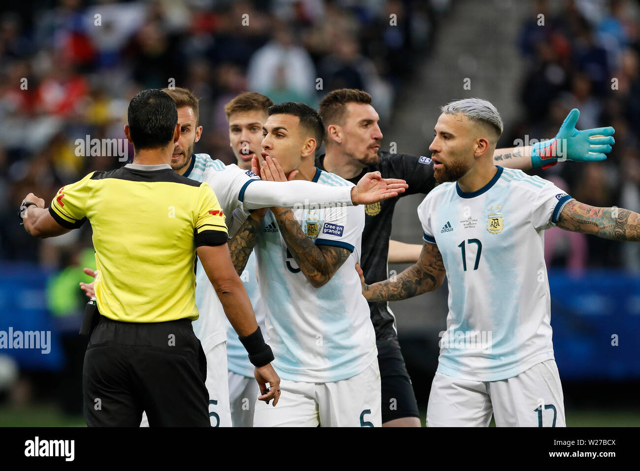 SÃO PAULO, SP - 06.07.2019: ARGENTINA VS. CHILE - Argentinian players complain with Arbitrator Mario Diaz de Vivar (Paraguay) during a match between Argentina and Chile, valid for the third place match of Copa América 2019, held this Saturday (06) at the Corinthians Arena in São Paulo, SP. (Photo: Ricardo Moreira/Fotoarena) - Stock Image