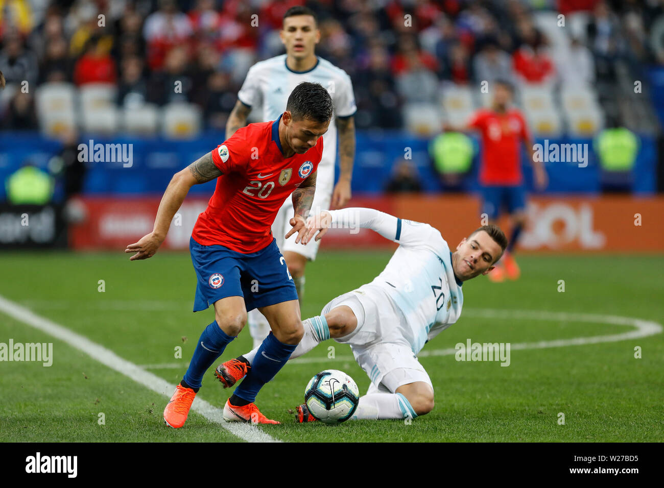 SÃO PAULO, SP - 06.07.2019: ARGENTINA VS. CHILE - Lo Celso is missing in Aránguiz, Arbitrator Mario Diaz de Vivar (Paraguay) is awarded the VAR and a penalty mark for Chile during a match between Argentina and Chile, valid for the third place match of the Copa América 2019, held this Saturday (06) in Arena Corinthians in São Paulo, SP. (Photo: Ricardo Moreira/Fotoarena) - Stock Image