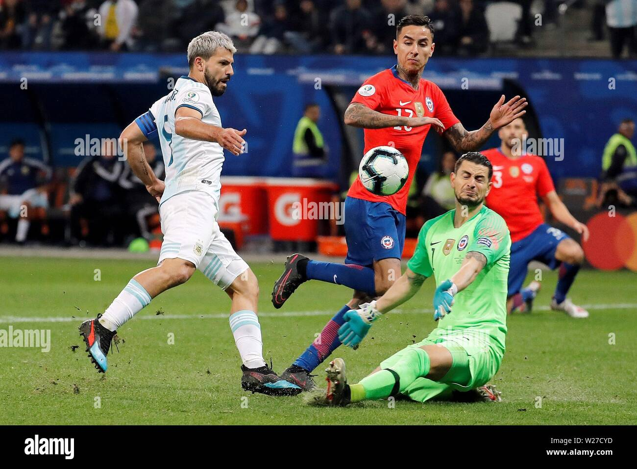 Sao Paulo, Brazil. 06th July, 2019. Chile's golakeeper Gabriel Arias (R) vies for the ball with Argentina's Kun Aguero during the Copa America 2019 3rd place soccer match between Argentina and Chile, at Arena Corinthians Stadium in Sao Paulo, Brazil, 6 July 2019. Credit: Paulo Whitaker/EFE/Alamy Live News - Stock Image