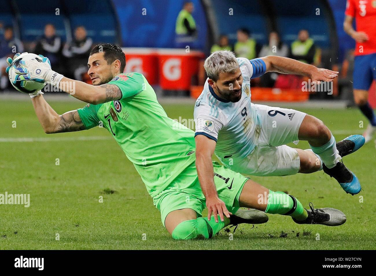 Sao Paulo, Brazil. 06th July, 2019. Chile's golakeeper Gabriel Arias (L) vies for the ball with Argentina's Kun Aguero during the Copa America 2019 3rd place soccer match between Argentina and Chile, at Arena Corinthians Stadium in Sao Paulo, Brazil, 6 July 2019. Credit: Paulo Whitaker/EFE/Alamy Live News Stock Photo