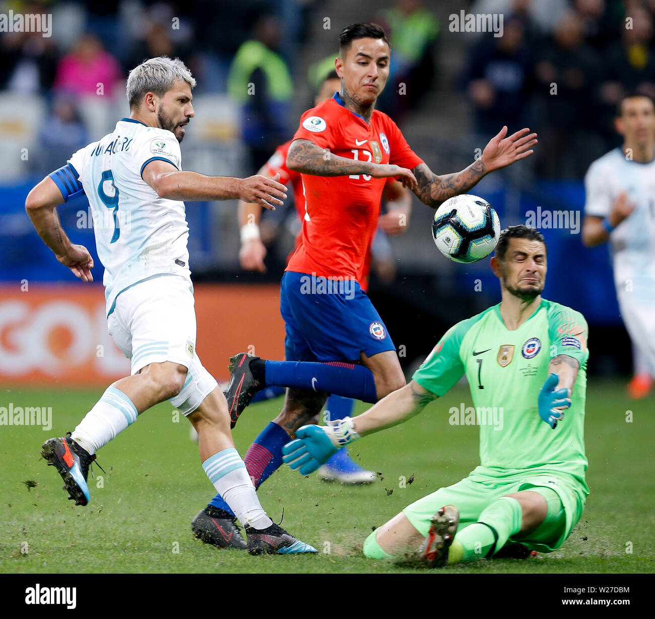 SÃO PAULO, SP - 06.07.2019: ARGENTINA VS. CHILE - Sergio Kun Aguero of Argentina kicks and Gabriel Arias of Chile defends during match between Argentina and Chile, valid for the dispute of the third place of Copa America 2019, held this Saturday (06) at the Corinthians Arena in São Paulo, SP. (Photo: Marcelo Machado de Melo/Fotoarena) - Stock Image