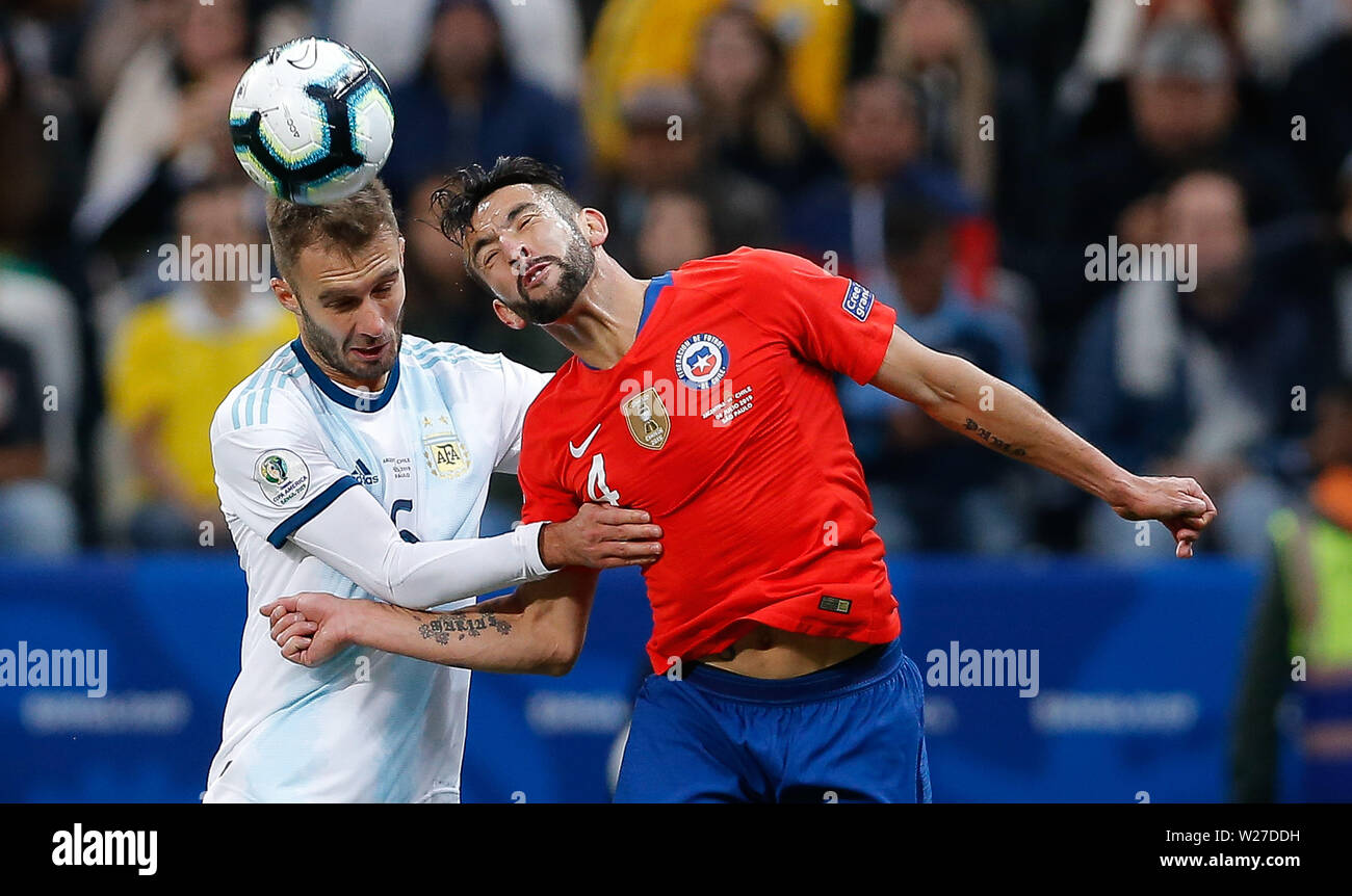 SÃO PAULO, SP - 06.07.2019: ARGENTINA VS. CHILE - Germán Pezzella from Argentina contests a ball with Mauricio Isla of Chile during a match between Argentina and Chile, valid for the third place match of the Copa América 2019, held this Saturday (06) at the Corinthians Arena in São Paulo, SP. (Photo: Marcelo Machado de Melo/Fotoarena) Stock Photo