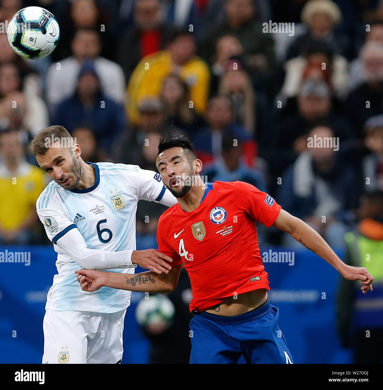 SÃO PAULO, SP - 06.07.2019: ARGENTINA VS. CHILE - Germán Pezzella from Argentina contests a ball with Mauricio Isla of Chile during a match between Argentina and Chile, valid for the third place match of the Copa América 2019, held this Saturday (06) at the Corinthians Arena in São Paulo, SP. (Photo: Marcelo Machado de Melo/Fotoarena) - Stock Image