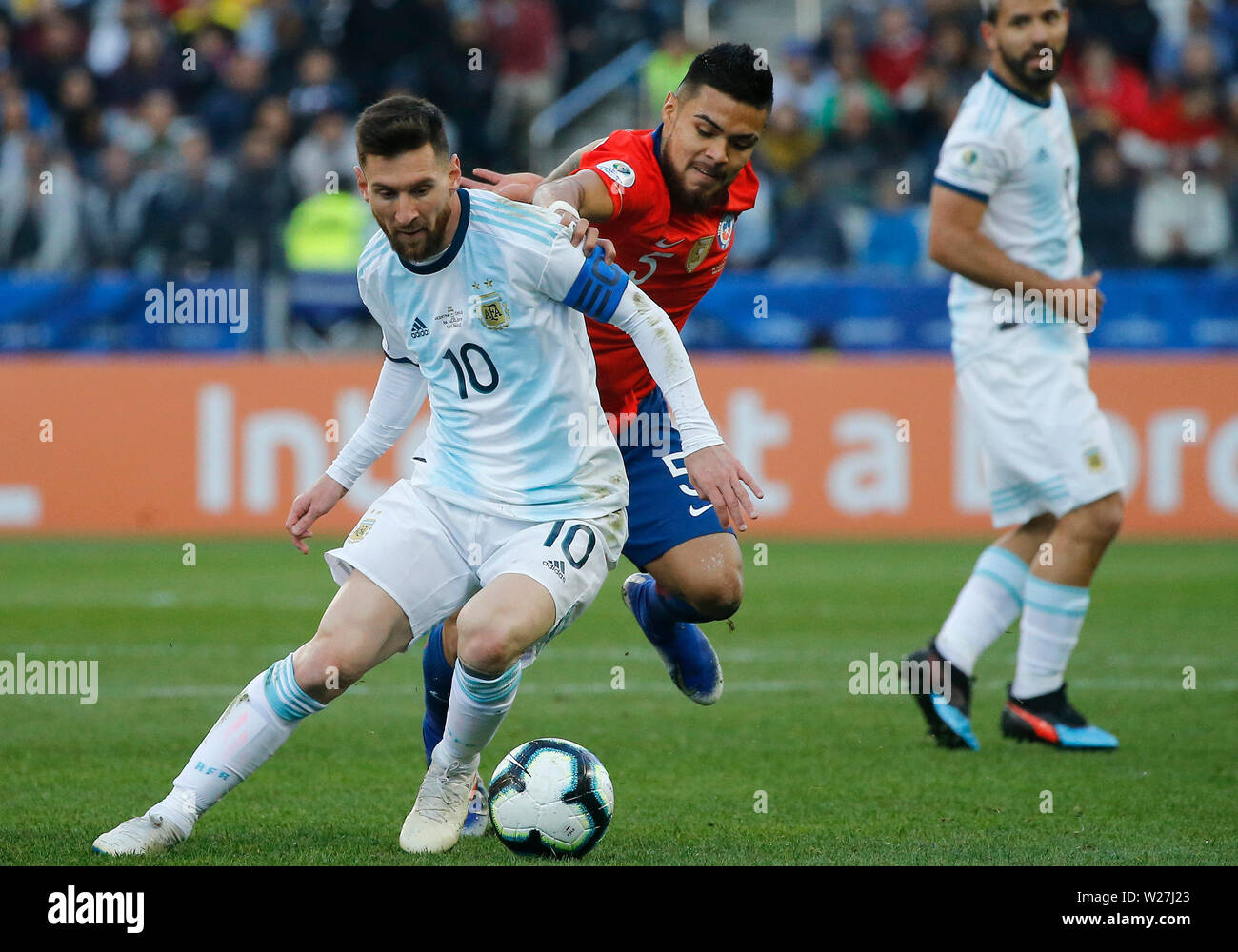 6th July 2019, Arena Corinthians Stadium, Sao Paulo, Brazil; Copa America international football, 3rd-4th playoff final, Argentina versus Chile; Lionel Messi of Argentina holds off the challenge from Paulo Díaz of Chile - Stock Image