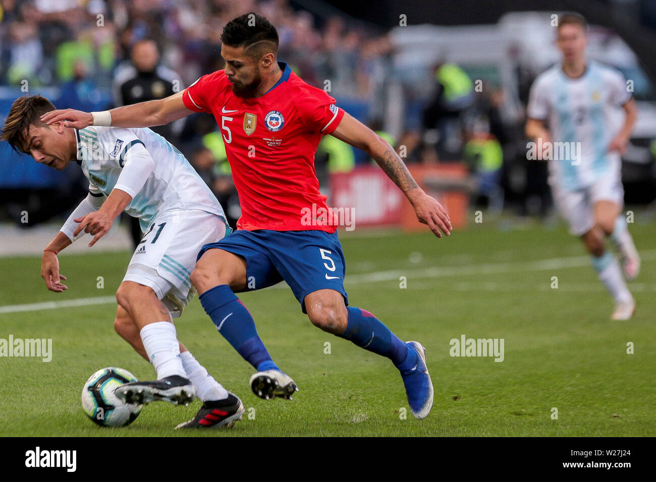 6th July 2019, Arena Corinthians Stadium, Sao Paulo, Brazil; Copa America international football, 3rd-4th playoff final, Argentina versus Chile; Paulo Dybala of Argentina holds off Paulo Díaz of Chile - Stock Image