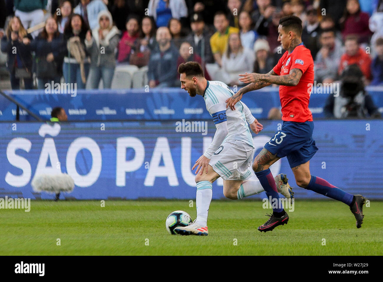 6th July 2019, Arena Corinthians Stadium, Sao Paulo, Brazil; Copa America international football, 3rd-4th playoff final, Argentina versus Chile; Lionel Messi of Argentina and Erick Pulgar of Chile challenge for the ball - Stock Image