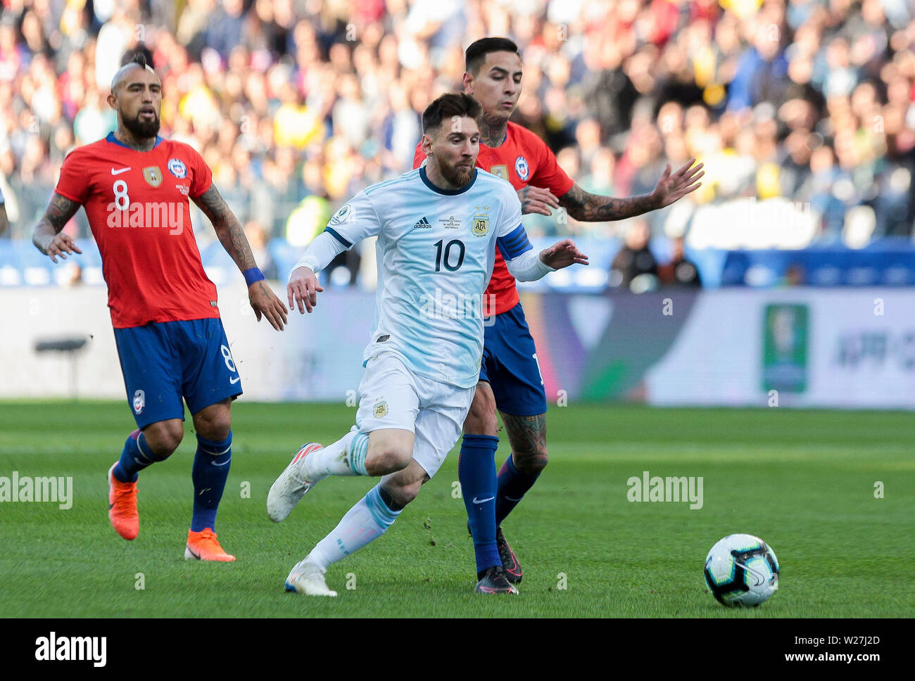6th July 2019, Arena Corinthians Stadium, Sao Paulo, Brazil; Copa America international football, 3rd-4th playoff final, Argentina versus Chile; Lionel Messi of Argentina gets in front Erick Pulgar of Chile - Stock Image