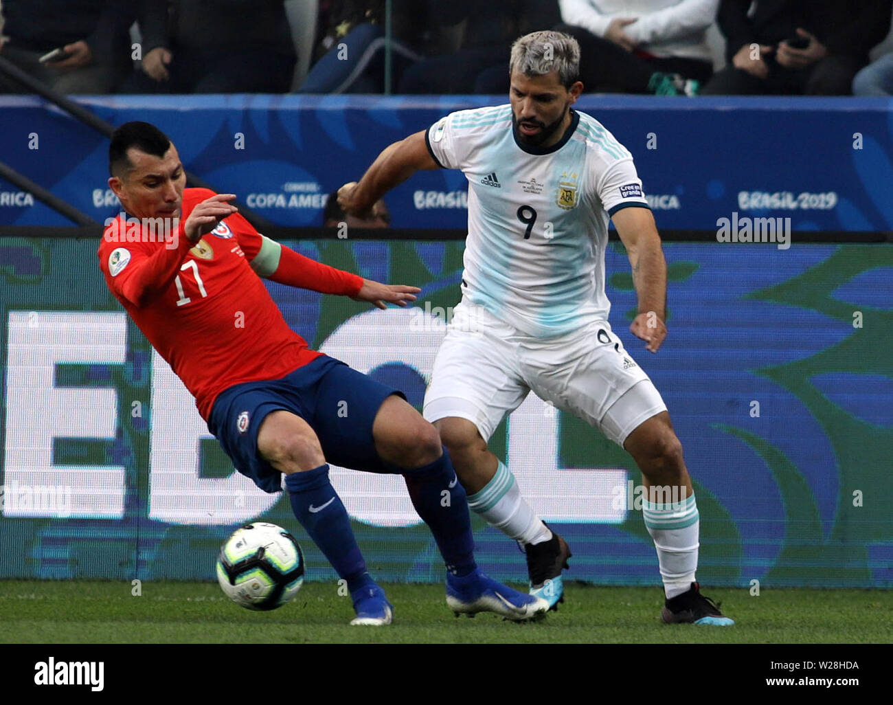 Sao Paulo, Brazil. 6th July, 2019. Argentina's Aguero (R) competes with Gary Medel of Chile during the 3rd place match of Copa America 2019 between Argentina and Chile in Sao Paulo, Brazil, July 6, 2019. Credit: Rahel Patrasso/Xinhua/Alamy Live News - Stock Image