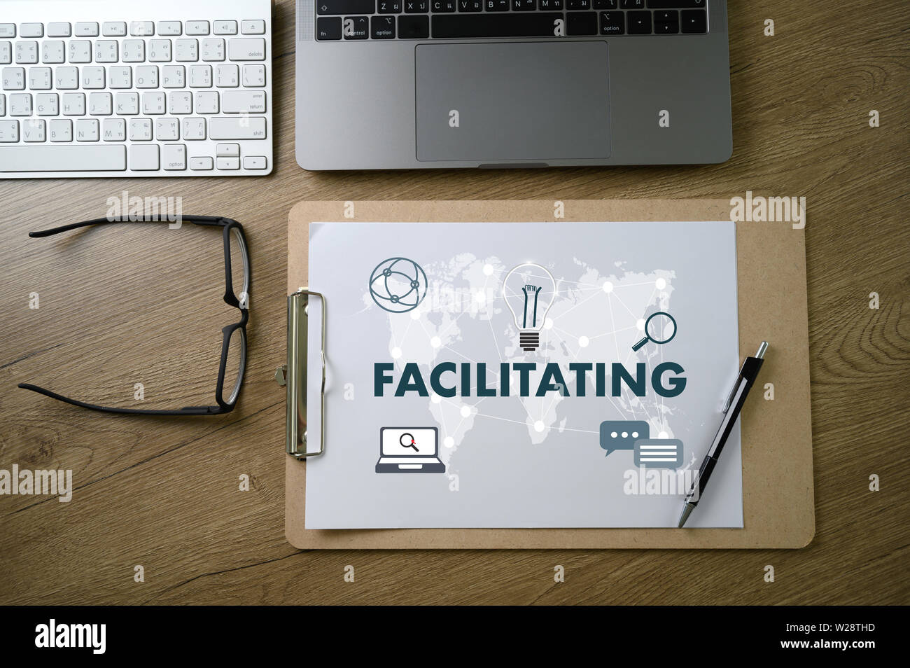 FACILITATING on table Facilitation secrets - Stock Image