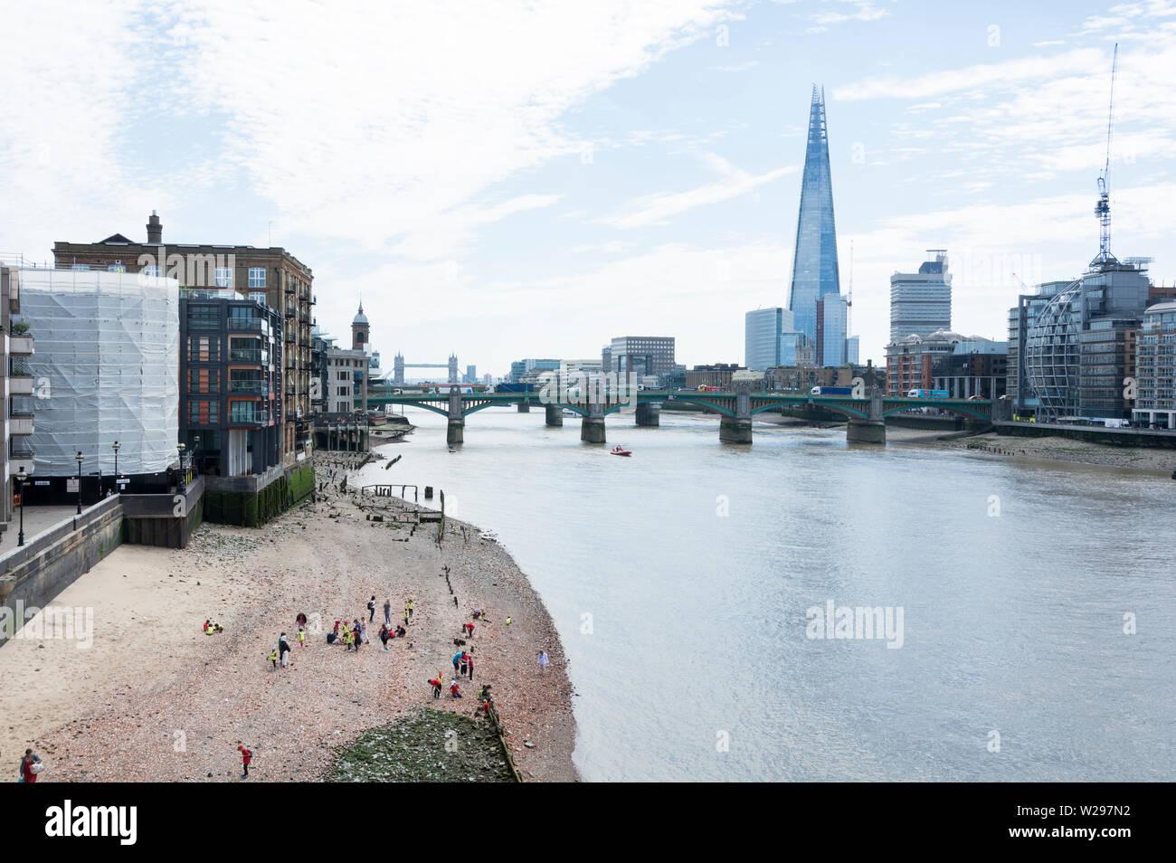 Mudlarking school trip to Thames foreshore, City of London, UK Stock Photo