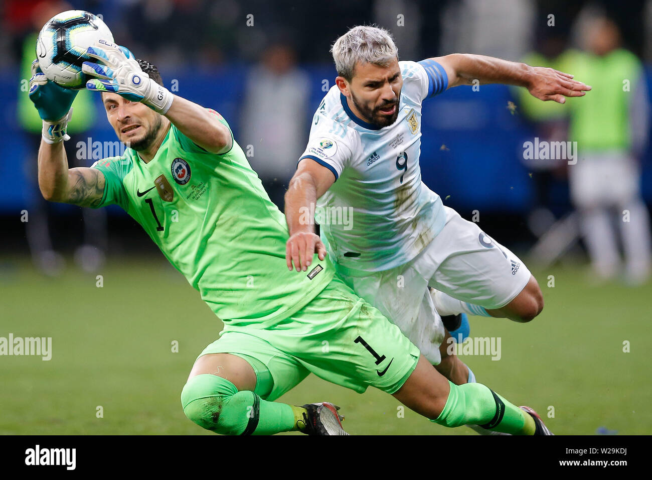 Sao Paulo, Brazil . 06th July, 2019. SÃO PAULO, SP - 06.07.2019: ARGENTINA VS. CHILE - Gabriel Arias of Chile plays the ball with Sergio Kun Aguero of Argentina during a match between Argentina and Chile, valid for the third place match of the Copa América 2019, held this Saturday (06) at the Corinthians Arena in São Paulo, SP. (Photo: Marcelo Machado de Melo/Fotoarena) Credit: Foto Arena LTDA/Alamy Live News - Stock Image