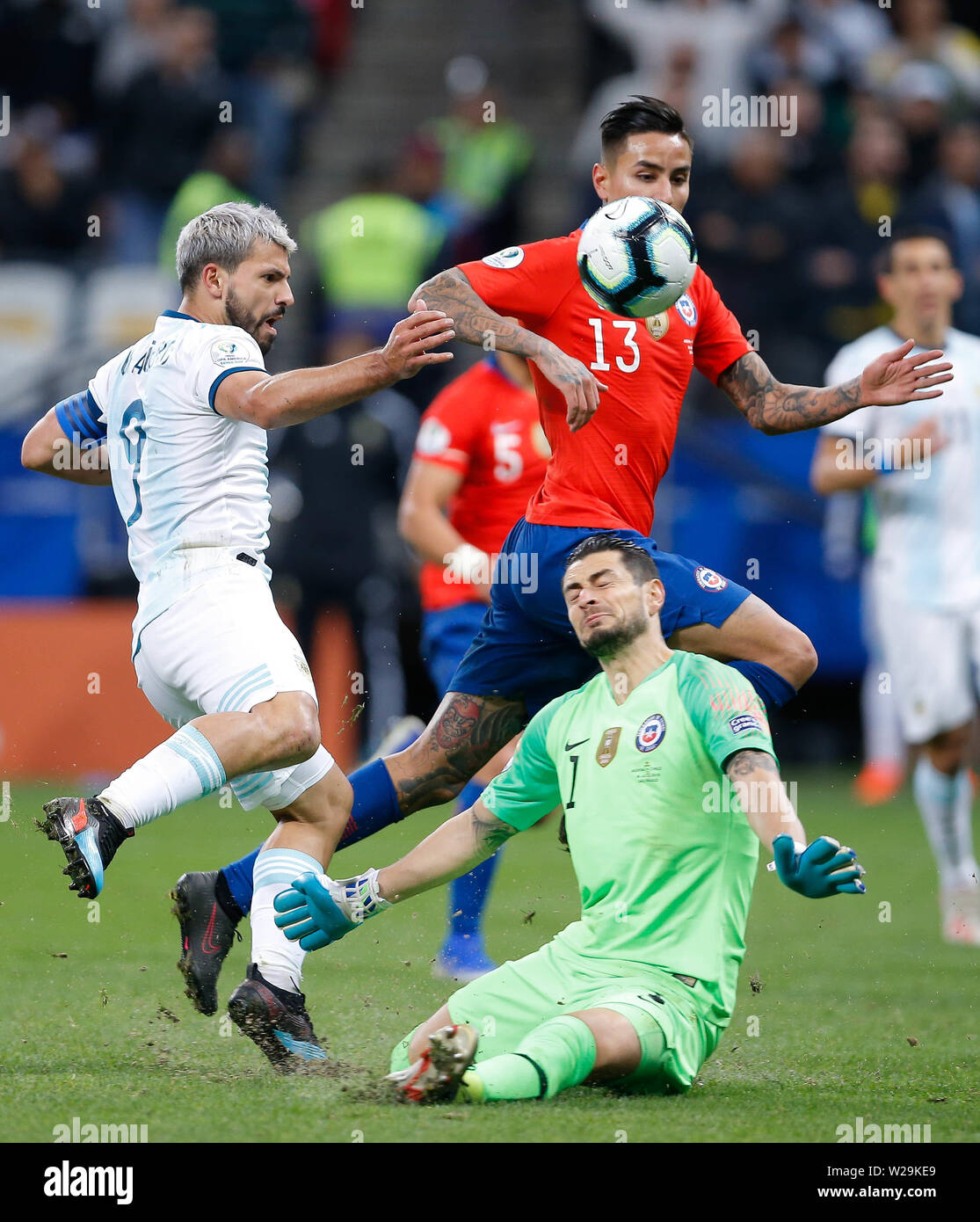Sao Paulo, Brazil . 06th July, 2019. SÃO PAULO, SP - 06.07.2019: ARGENTINA VS. CHILE - Sergio Kun Aguero of Argentina kicks and Gabriel Arias of Chile defends during match between Argentina and Chile, valid for the dispute of the third place of Copa America 2019, held this Saturday (06) at the Corinthians Arena in São Paulo, SP. (Photo: Marcelo Machado de Melo/Fotoarena) Credit: Foto Arena LTDA/Alamy Live News - Stock Image