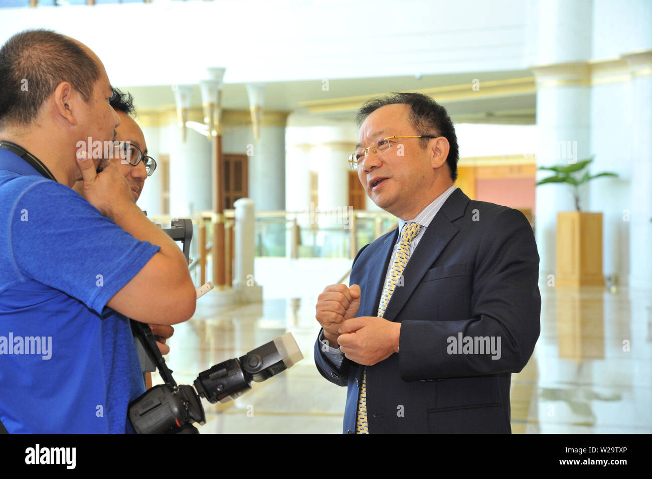 (190707) -- BANDAR SERI BEGAWAN, July 7, 2019 (Xinhua) -- Wang Xiaolin (R), General Manager of the Bank of China (Hong Kong) Brunei Branch, speaks during an interview in Bandar Seri Begawan, Brunei, July 6, 2019. TO GO WITH Interview: BOCHK optimistic over Brunei market despite challenging environment: general manager (Xinhua/Jeffrey Wong) - Stock Image