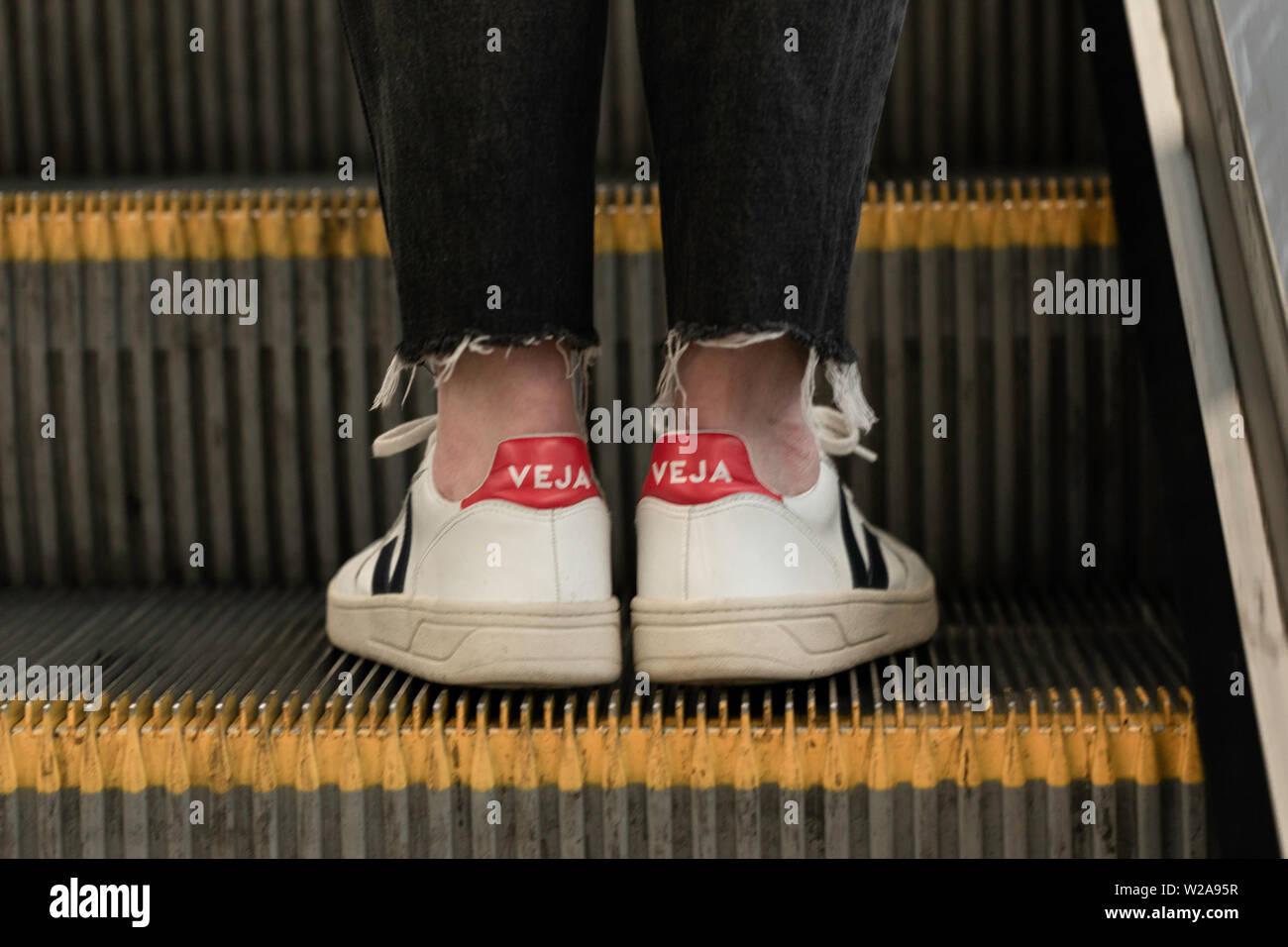 recomendar deuda Palmadita  Veja shoes on London overgraound Stock Photo - Alamy