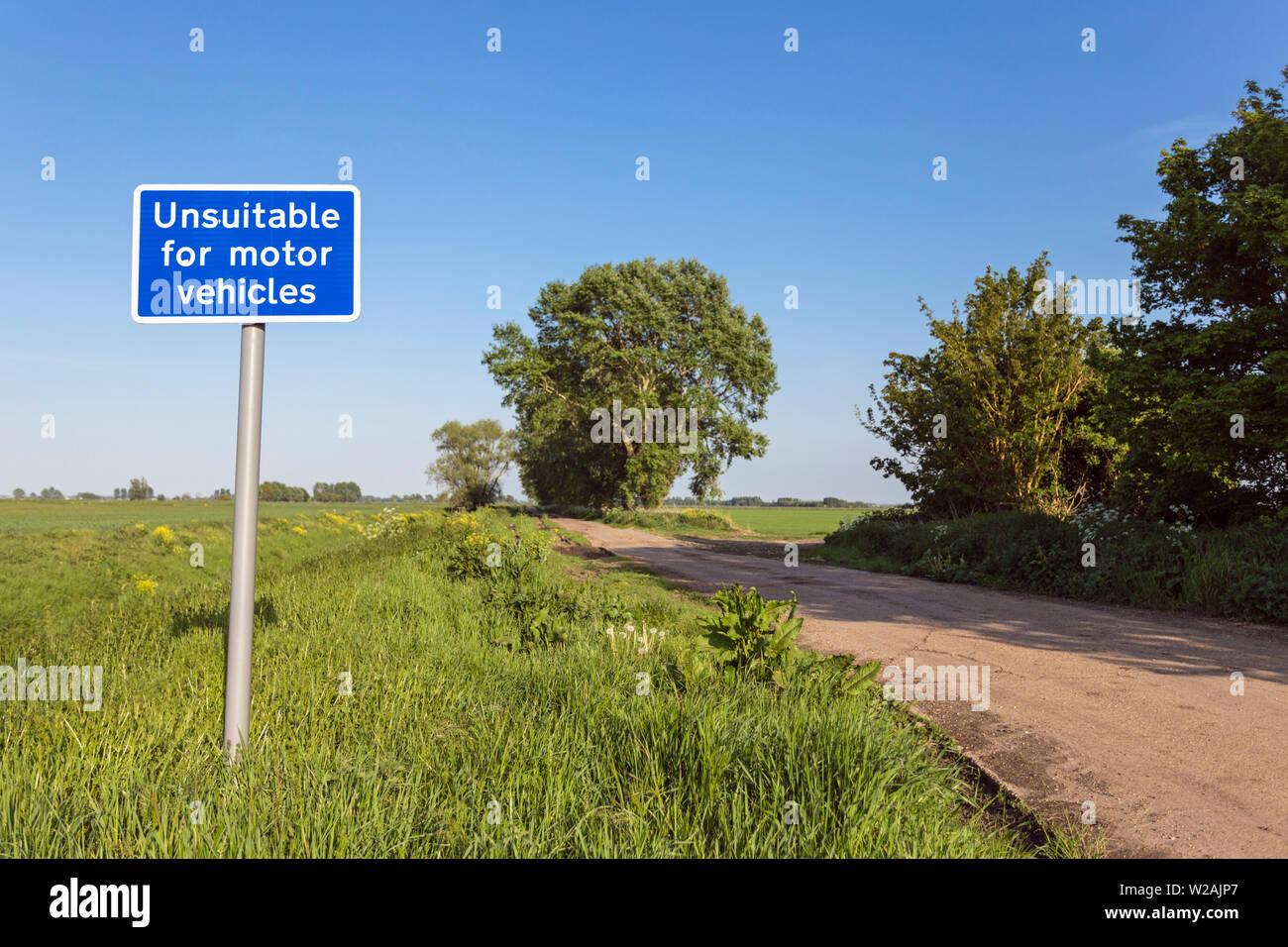'Unsuitable for motor vehicles' sign, near Aldreth, Cambridgeshire, England, UK - Stock Image