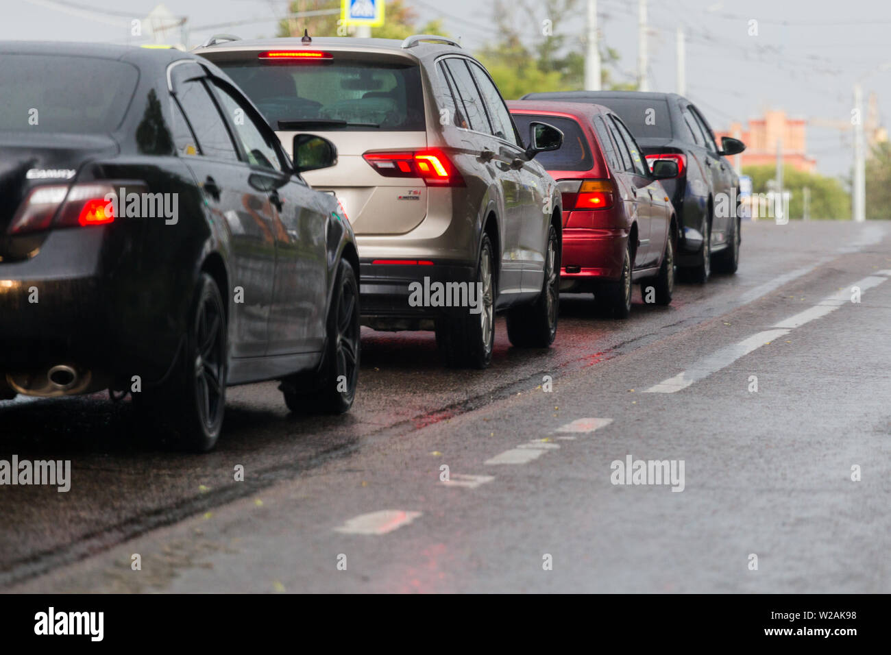 TULA, RUSSIA - JULY 6, 2019: Cars on summer road stopped before crossroads after rain. Selective focus telephoto shot. - Stock Image