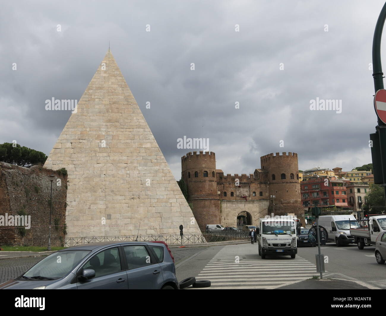 The Pyramid Cestius is an ancient landmark situated between two of Rome's busy roads, the Via Ostiensis and the Via Marmorata - Stock Image