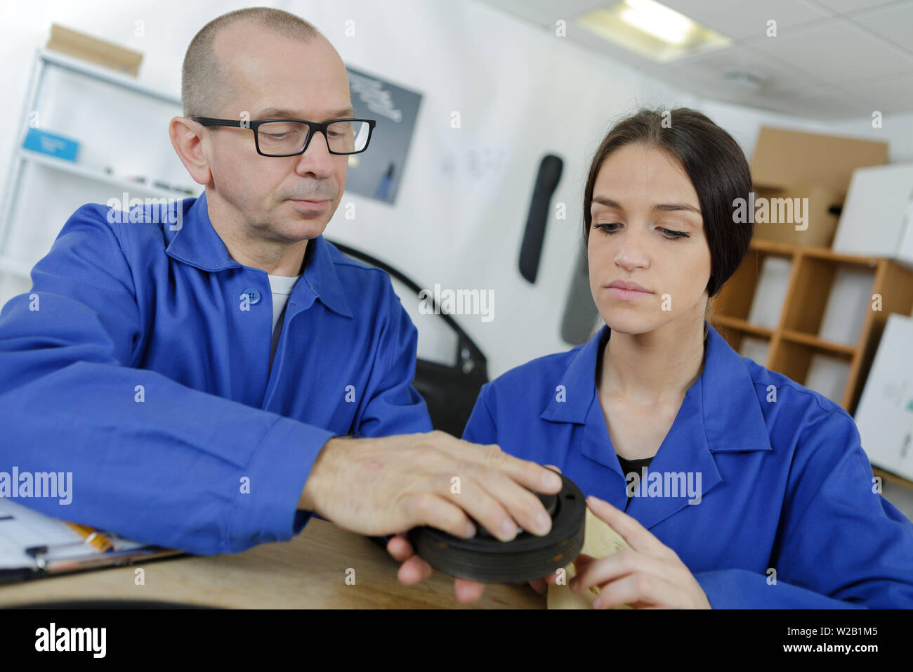 mechanic teaching an intern the best practice - Stock Image